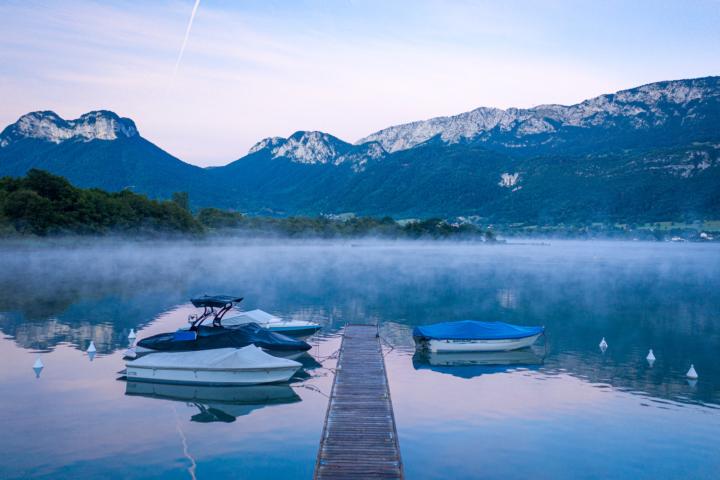 Levé de soleil mystique sur le lac d'annecy, de la Réserve Naturelle du Bout du Lac