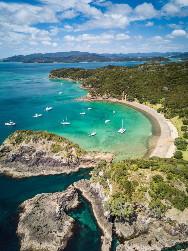 Nested in a small bay of an island in the Bay of Islands, New Zealand, these boats inspire quietness and invite us to relax. Seen from above, everything takes another dimension.