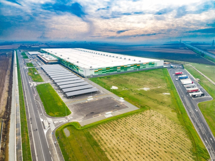 industrial photography, photographe industriel, photographe entrepôts, entrepôts logistiques, photo entrepot, logistis, aew, drone picture industrials, drone picture warehouses, drone logistics, drone warehouse, drone, warehouse, logistique, logistis AEW, Vertupier, warehouse amazon, decathlon, drone italy
