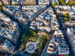 vue en contre-plongée d'un petit jardin entouré d'immeubles à Paris
